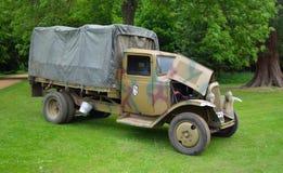Le camion d'armée de Citroen de la guerre 2 d'Orld s'est garé devant des arbres Photographie stock libre de droits