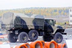 Le camion d'armée URAL-4320 saute par l'obstacle Images libres de droits
