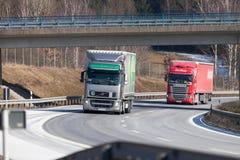 Le camion d'un expéditeur tchèque conduit sur l'autoroute allemande photo stock