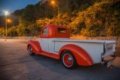 Le camion 1941 de Chevrolet se garant dans le bord de la mer en février, 1, 2016 Chonburi, Thaïlande Image stock