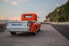 Le camion 1941 de Chevrolet se garant dans le bord de la mer en février, 1, 2016 Thaïlande Images stock