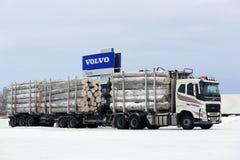 Le camion de notation de Volvo FH transporte la grande charge de bois de construction Image stock