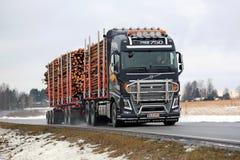 Le camion de notation de Volvo FH16 transporte le bois de pulpe Photos libres de droits