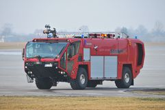 Le camion de pompiers de l'aéroport Photo stock