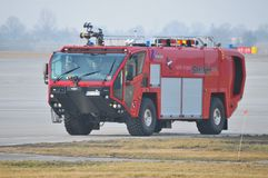 Le camion de pompiers de l'aéroport Image libre de droits