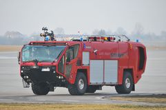 Le camion de pompiers de l'aéroport Photos stock