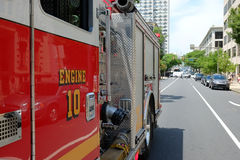Le camion de pompiers répond à l'appel de construction effondré dedans  Photographie stock libre de droits