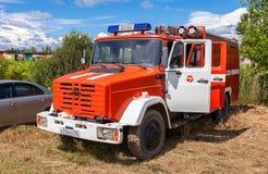 Le camion de pompiers s'est garé dans la campagne dans l'été Photo stock