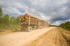 Le camion de remorque a chargé avec les logarithmes naturels en bois Image libre de droits