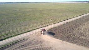 Le camion de vue aérienne avec des pommes de terre tourne sur la route large clips vidéos