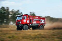 Le camion du rassemblement MAZ monte une route poussiéreuse Photo libre de droits