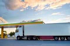 Le camion est à une gare d'essence. image libre de droits