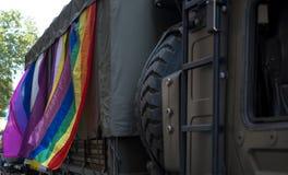 Le camion militaire britannique participe à l'homosexuel Pride Parade, orné avec l'arc-en-ciel et les drapeaux de LGBT+ photographie stock libre de droits