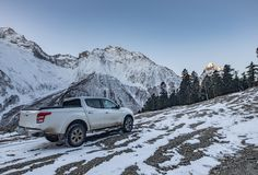 Le camion pick-up reste au-dessus de la colline sous la lumière d'aube, Elbrus, Russie Photos stock