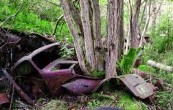 Le camion pick-up vers 1950 de s est parti sur le cementery de voiture dans la forêt SmÃ¥land, Suède images stock