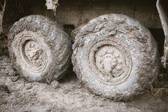 Le camion roule dedans la boue Concept tous terrains de voyage images stock