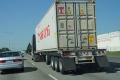 Le camion se déplace avec le trafic image stock