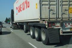 Le camion se déplace avec le trafic images stock