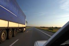 Le camion sur une route Photos stock