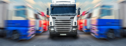 Le camion va le long des grades des camions photo stock