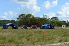 Le camp de scout de garçon près de la ville de San Jose Del Guaviare Photo libre de droits