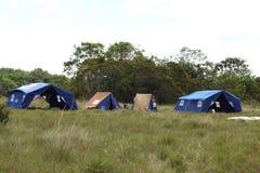 Le camp de scout de garçon près de la ville de San Jose Del Guaviare Image libre de droits