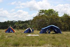 Le camp de scout de garçon près de la ville de San Jose Del Guaviare Photos stock