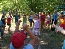 Le camp des enfants d'été, jeux de sports, amitié adolescente, air de forêt, sports images libres de droits