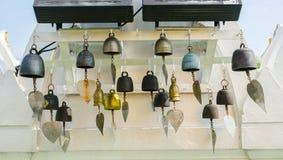 Le campane di cerimonia con la foglia dorata al tempio per rendono fortunato desiderando al supporto dorato un tempio tailandese  fotografia stock libera da diritti