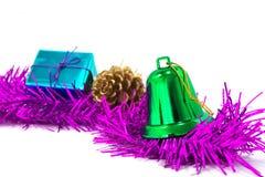Le campane di Natale verdi sono nel contenitore di regalo e di lamé Immagini Stock