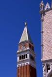 Le campanile du repère de rue à Venise Photographie stock libre de droits