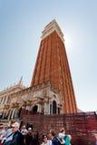 Le campanile sur le grand dos du repère de rue à Venise Image stock