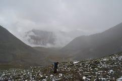 Le campeur conquiert les montagnes de Sayan dures Images libres de droits