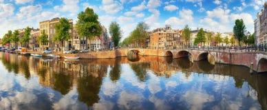 Le canal d'Amsterdam loge des réflexions vibrantes, Pays-Bas, panora Photographie stock
