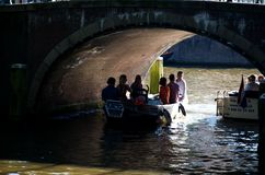 Le canal d'Amsterdam sous la passerelle Images libres de droits