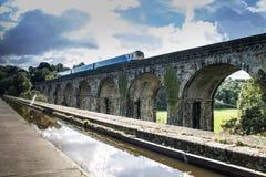 Le canal de Langollen à Chirk le train passe dessus le viaduc Photo libre de droits