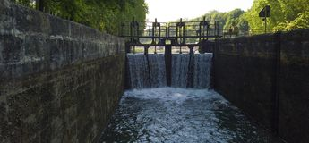Le canal du Midi ferme à clef à en Dorthe, la Gironde de Castets image stock