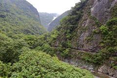 Le canal excavé sur la falaise dans le jour nuageux Images stock