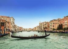 Le canal grand et les gondoles avec des touristes, Venise Photos stock