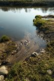Le canal joint une rivière dans la ville Sabile, Lettonie photo libre de droits