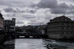 Le canal par Zurich photographie stock