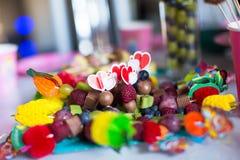 Le Canape du fruit, le gâteau de chocolat blanc saute et Photographie stock libre de droits