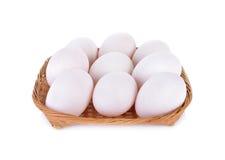 Le canard cru frais eggs dans le panier en bambou et sur le fond blanc Photographie stock libre de droits