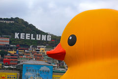 Le canard en caoutchouc de Florentijn Hofman néerlandais d'artiste dans Keelung Photo libre de droits