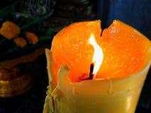 Le candele, accese, poi, sono riscaldate e cominciano a fondersi fotografie stock libere da diritti