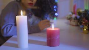 Le candele brucianti alla tavola, donna redige una lista di obiettivi a fondo vago archivi video
