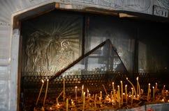 Le candele in chiesa ortodossa della nascita della madre di Dio alla città del quadrato del Consiglio (Piata Sfatului) dentro di  fotografia stock