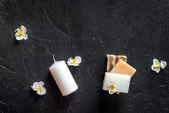 Le candele ed il sapone per l'aroma si rilassano il bagno sul copyspace nero di vista superiore del fondo della tavola Fotografia Stock Libera da Diritti