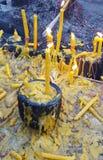 Le candele gialle hanno messo sulla tazza, fuoco selettivo Immagine Stock