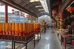 Le candele giganti dell'oro e di rosso si sono accese su un tempio cinese dell'altare SH Fotografia Stock Libera da Diritti